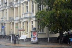 Intryck från ett tungt häftigt regn i lilla staden Bansin, Usedom på Östersjön arkivfoton