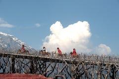 Intrycket Lijiang är den traditionella dansen i Kina. Arkivfoto