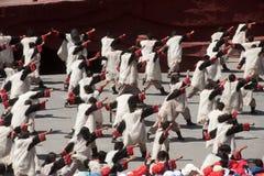 Intrycket Lijiang är den traditionella dansen i Kina. Fotografering för Bildbyråer