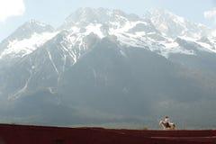 Intrycket Lijiang är den traditionella dansen i Kina. Arkivbild