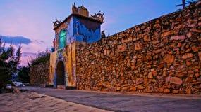 Intrycksoluppgånghimmel på porten för forntida tempel Royaltyfria Bilder