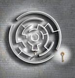 Intryguje na odgórnym widoku i biznesowym mężczyzna patrzeje dla klucza lub rozwiązania Obrazy Royalty Free