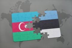 intryguje z flaga państowowa Azerbaijan i Estonia na światowej mapy tle Fotografia Stock