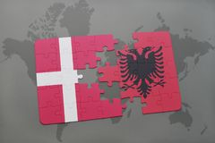 intryguje z flaga państowowa Denmark i Albania na światowej mapy tle Obrazy Stock