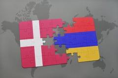 intryguje z flaga państowowa Denmark i Armenia na światowej mapy tle Zdjęcie Royalty Free