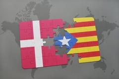 intryguje z flaga państowowa Denmark i Catalonia na światowej mapy tle Fotografia Stock