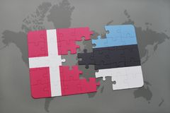 intryguje z flaga państowowa Denmark i Estonia na światowej mapy tle Fotografia Stock