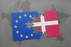 Intryguje z flaga państowowa Denmark i europejskim zjednoczeniem na światowej mapy tle Zdjęcia Royalty Free