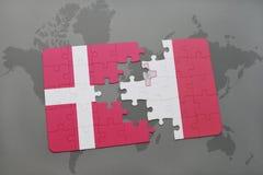 intryguje z flaga państowowa Denmark i Malta na światowej mapy tle Zdjęcia Royalty Free