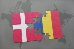 intryguje z flaga państowowa Denmark i Romania na światowej mapy tle Obraz Stock