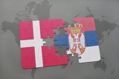 intryguje z flaga państowowa Denmark i Serbia na światowej mapy tle Fotografia Stock