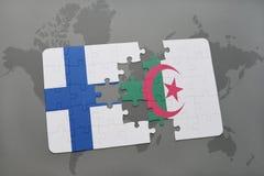 intryguje z flaga państowowa Finland i Algeria na światowej mapy tle Fotografia Stock