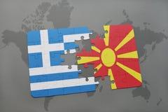 intryguje z flaga państowowa Greece i Macedonia na światowej mapy tle Zdjęcia Royalty Free