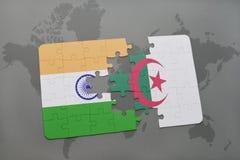 intryguje z flaga państowowa ind i Algeria na światowej mapy tle Zdjęcie Stock