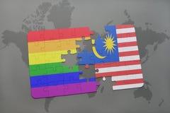 intryguje z flaga państowowa Malaysia i homoseksualną tęczy flaga na światowej mapy tle Zdjęcia Royalty Free
