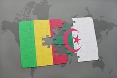 intryguje z flaga państowowa Mali i Algeria na światowej mapie Zdjęcie Stock