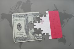 intryguje z flaga państowowa Malta i dolarowy banknot na światowej mapy tle Zdjęcia Stock