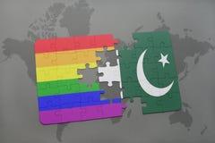 intryguje z flaga państowowa Pakistan i homoseksualną tęczy flaga na światowej mapy tle Obrazy Royalty Free