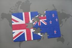 intryguje z flaga państowowa wielki Britain i nowy Zealand na światowej mapy tle fotografia stock