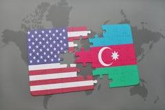intryguje z flaga państowowa zlani stany America i Azerbaijan na światowej mapy tle Zdjęcie Royalty Free