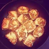 Intstagram de pain grillé français faisant cuire sur la casserole Image stock