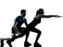 Intstructor da ginástica aeróbica com exercício maduro da mulher imagens de stock royalty free