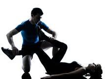 Intstructor da ginástica aeróbica com a mulher madura que exercita a silhueta foto de stock