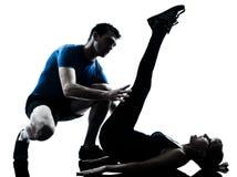 Intstructor de los aeróbicos con el ejercicio maduro de la mujer Foto de archivo libre de regalías