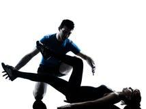 Intstructor di aerobica con la donna matura che esercita siluetta Immagine Stock