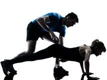Intstructor do Aerobics com exercício maduro da mulher imagens de stock