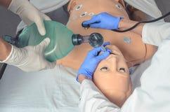 Intubación endotraqueal Habilidades médicas practicantes en un maniquí médico Educación médica Tecnologías modernas en el entrena imagenes de archivo