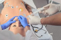 Intubation endotrachéale Qualifications médicales de pratique sur un simulacre médical photo libre de droits
