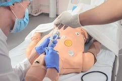 Intubazione endotracheale Abilità mediche di pratica su un manichino medico Istruzione medica Technologi moderno fotografia stock