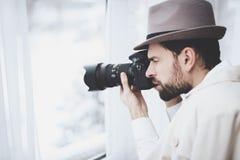 Intymna detektywistyczna agencja Mężczyzna bierze fotografie w okno Zdjęcie Stock