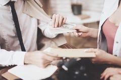 Intymna detektywistyczna agencja Mężczyzna daje fotografiom i kobieta daje pieniądze Zdjęcie Stock