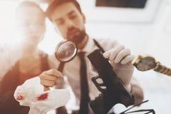 Intymna detektywistyczna agencja Mężczyzna i kobieta jesteśmy przyglądającym pistoletem z powiększać - szkło obrazy royalty free