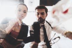 Intymna detektywistyczna agencja Mężczyzna i kobieta jesteśmy przyglądającym pistoletem z powiększać - szkło obrazy stock