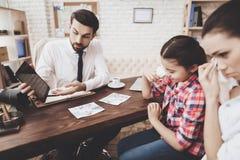 Intymna detektywistyczna agencja Mężczyzna opowiada klienci kobieta i córka pokazuje wskazówki na pastylce, Zdjęcie Stock