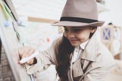 Intymna detektywistyczna agencja Mała dziewczynka rysuje z markierem na wskazówki desce zdjęcia stock