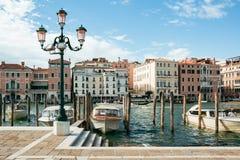 Intymne łodzie i taxi cumowali na kanał grande w Wenecja na jaskrawym letnim dniu zdjęcie stock