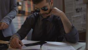 Intymni detektywi egzamininuje skrzynka materiały dla przestępstwa rozwiązania, współpraca zdjęcie wideo