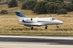 Intymny Cessna cytaci latanie nad pas startowy Zdjęcie Royalty Free