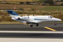 Intymny Cessna cytaci latanie nad pas startowy Obraz Royalty Free
