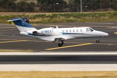 Intymny Cessna cytaci latanie nad pas startowy Obrazy Royalty Free