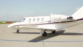 Intymny dżetowy samolot który lądował przy lotniska międzynarodowego Danube deltą