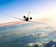 Intymny dżetowy samolot lata above chmury Obrazy Royalty Free