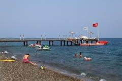 Intymny dok dla motorboats na żwir plaży turecczyźnie Mediterranea Zdjęcia Royalty Free