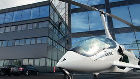 Intymny helikopter na parking blisko budynku biurowego zbiory