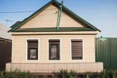 Intymny mały dom w obrzeżach Orenburg miasto Obraz Stock