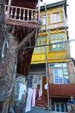Intymny podwórze w starym miasteczku w Tbilisi Obrazy Stock